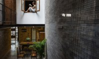 Calmul unei manastiri budiste in interiorul unei case Aceasta casa, ale carei interioare au