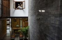 Calmul unei manastiri budiste in interiorul unei case