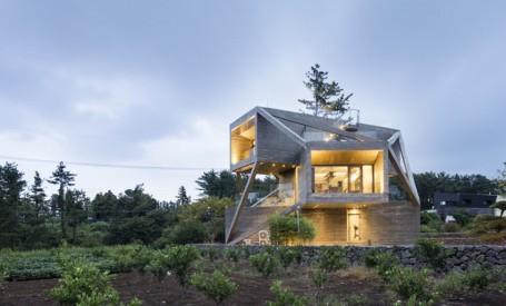 Casa gândită să capteze soarele și să privească spre natură