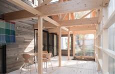 Structura din lemn adaposteste o casa in alta casa
