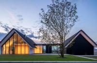 O casă cu vitraje mari asemenea unei sere