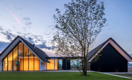 O casa din Olanda cu vitraje mari asemeni unei sere