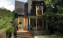 Anvelopanta din sticla neagra pentru o casa dintr-o zona protejata