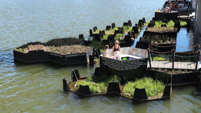 Un parc plutitor făcut în întregime din plastic reciclat