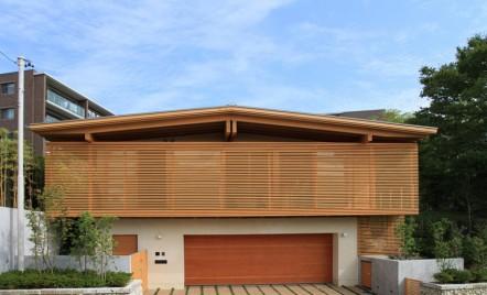 Un perete secționat din lemn cu rolul de a delimita spațiul din casă