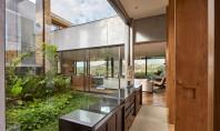O casă construită în jurul unei grădini tropicale Aceasta locuinta moderna se contopeste perfect cu peisajul