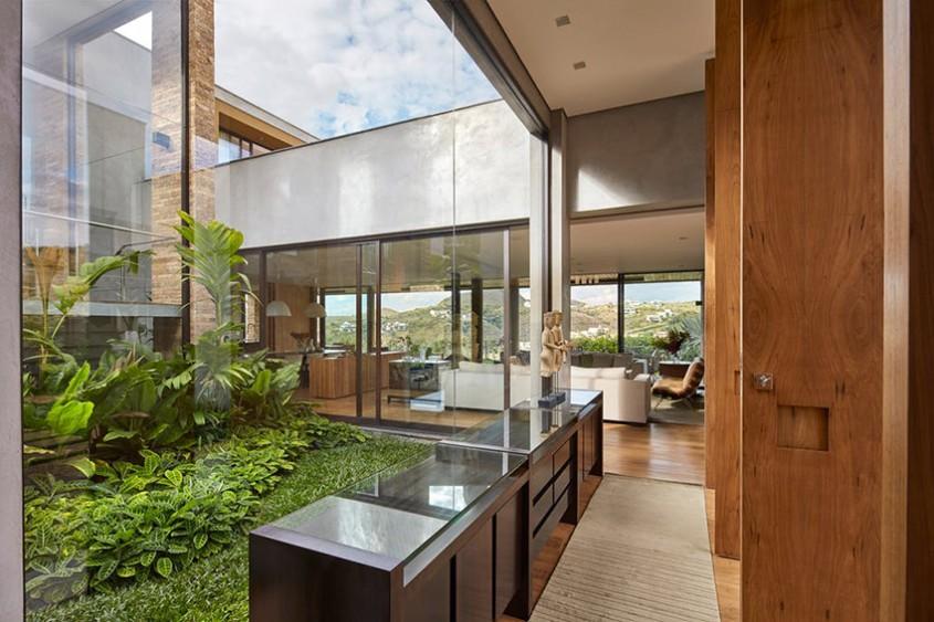 O casă construită în jurul unei grădini tropicale