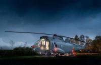 Interiorul unui elicopter militar a fost transformat într-o cameră unică de hotel Echipa de la Mains Farm din Stirling, Scotia, a transformat un elicopter, Sea Royal King ZA127, intr-o forma unica de cazare peste noapte.