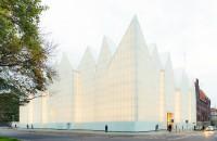 O sala de concerte al carei volum aminteste de un mare bloc de cuart alb