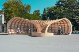 Biblioteca stradală făcută pentru a încuraja tinerii să citească