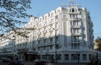 Mândrie a Bucureștiului interbelic, hotelul celebru pentru piscina sa cu valuri artificiale s-a redeschis In epoca, hotelul de pe Bulevardul Magheru a pus la dispozitia oaspetilor sai mai mult de 100 de camere, o gradina si un restaurant. Principala atractie pentru