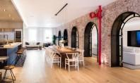 Două lofturi devin un singur apartament generos Caramida aparenta si ancadramentele din metal vopsit in negru