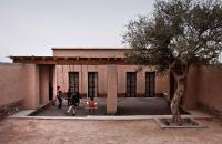 Gradinita construita din caramizi nearse, o oaza de racoare in climatul marocan