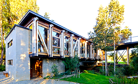 O casa moderna construita cu lemn refolosit