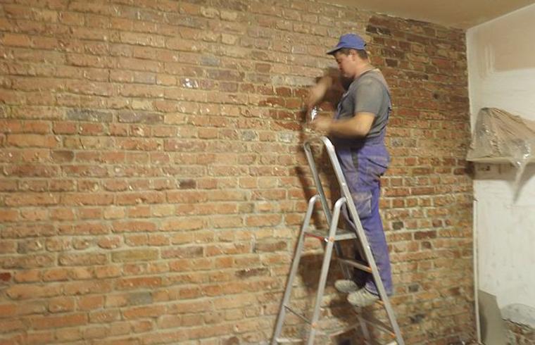 Eliminarea igrasiei la un perete de caramida aparenta al unui demisol in Bucuresti