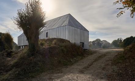 Cum s-a transformat un vechi hambar intr-o casa moderna si un spa