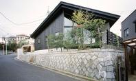 O casa functionala rezultatul unui teren cu constrangeri Echipa de arhitecti japonezi MDS a propus o