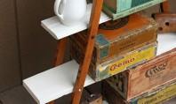 Proiect neconventional raft din carje vechi de lemn O pereche de carje vechi din lemn pe