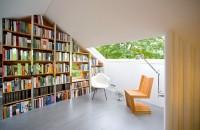 Pod transformat in atelier pentru un scriitor si biblioteca