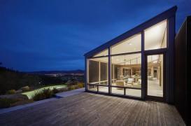 O casă alimentată de soare a fost construită cu lemnul unei structuri din 1970