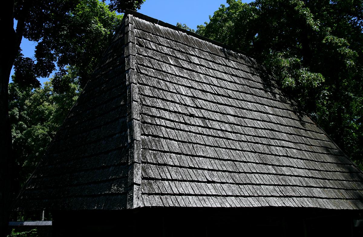 Casa traditionala taraneascu cu acoperis din sindrila de lemn