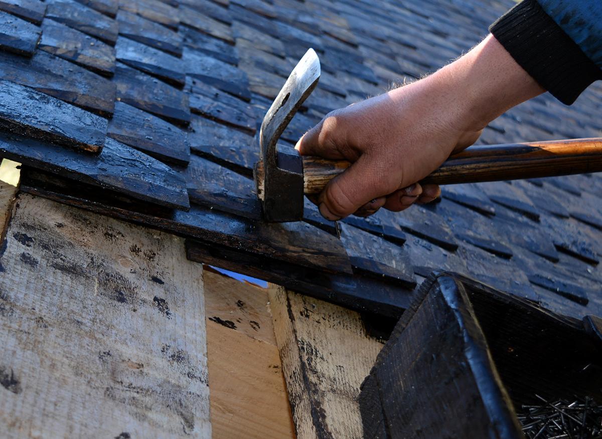 Montaj sindrila de lemn la acoperis