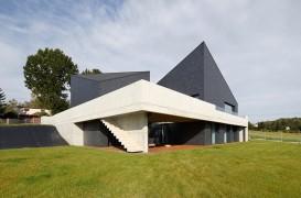 O casa compusa din mai multe volume ce ofera perspective spre peisaj