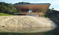 O casa pe versantul stancos al unui lac de acumulare Locuinta este spatioasa si amplasata pe