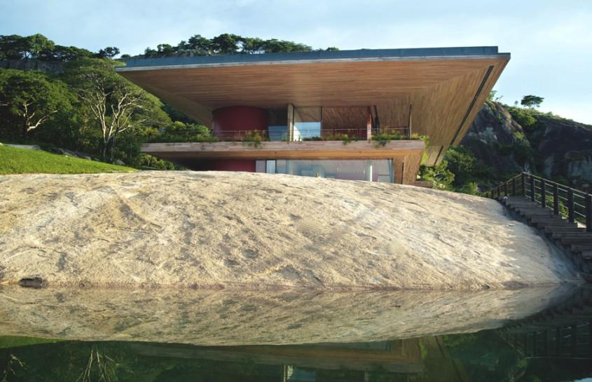 O casa pe versantul stancos al unui lac de acumulare