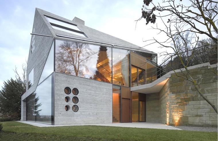 O casă deosebită, din sticlă și materiale reciclate