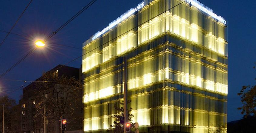 Clădire ventilată natural licărește în soare asemeni unui miraj