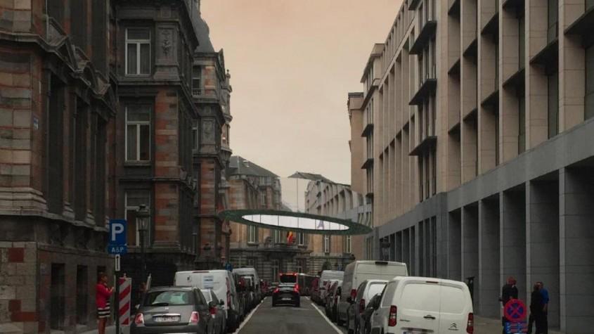 Un pod circular îmbrăcat în oglinzi conectează două clădiri în Bruxelles