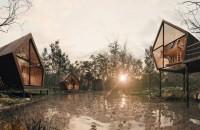 """""""Casuţele din copac"""" din jurul unui lac feeric, ce ne trezesc nostalgii"""