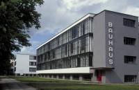 100 de ani de la nașterea Bauhaus, mișcarea care a atins aproape tot ce ne înconjoară Bauhaus a fost o scoala germana de arta, design si arhitectura care a functionat intre 1919 si 1933, dar si o miscare care a definit o epoca, lasandu-si pecetea