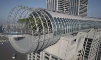 """În interiorul spectaculosului """"zgârie-nori orizontal"""" din China Structura lunga de 300 de metri construita deasupra a"""
