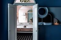 """Zece băi inspirate de decada cu designul cel mai îndrăzneț Eticheta """"baie in stilul anilor '80"""" va poate face sa va cutremurati numai amintindu-va de imaginile cu faianta patrata cu venaturi si dulapuri din PFL."""