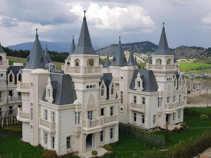 Un oraș-fantomă cu sute de castele identice își așteaptă încă locuitorii (Video)