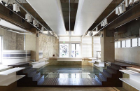 Magazin amenajat in interiorul unei vechi piscine