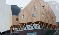 O casa pe structura din lemn a carei volumetrie imita relieful muntos din imprejurimi Conceputa pentru