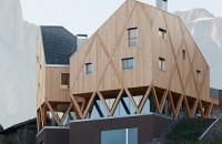 O casa pe structura din lemn a carei volumetrie imita relieful muntos din imprejurimi