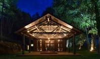 Locuinta intr-un hambar din Los Rios Echipa de arhitecti din Chile Estudio Valdes Arquitectos a refolosit structura si materialele unui vechi hambar pentru a crea o locuinta de vara cu arhitectura deosebita.