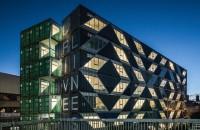 Clădirea rezidențială realizată din 140 de containere maritime Situata pe un lot triunghiular in Johannesburg, intr-o zona urbana care a trecut recent printr-un proces de transformare si reinnoire, structura cu o suprafata