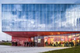 """Centrul Cultural """"La Hague"""", exterior din oglinzi si interioare finisate in rosu"""