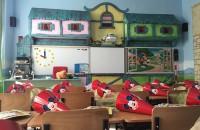 O sala de clasa ca un loc de joaca Let's Art a creat o sala de clasa pentru grupa pregatitoare in stil Disney. Fiecare zi este pentru copii o ocazie perfecta de a reintalni universul copilariei.