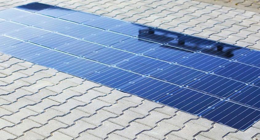 Panouri solare pe trotuar, care pot încărca mașinile electrice