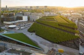 Cea mai mare faţadă verde din Europa este acoperită cu opt kilometri de garduri vii