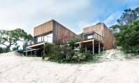 O casa pe malul oceanului ce profita din plin de razele soarelui Aceasta locuinta unifamiliala combina