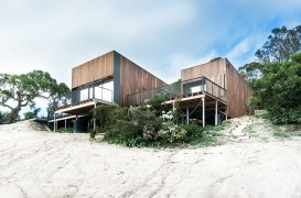 O casa pe malul oceanului ce profita din plin de razele soarelui
