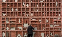 Zid de caramida transformat intr-o cutie pentru litere tipografice de dimensiuni extreme Amintind de istoria regiunii