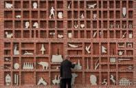 Zid de caramida transformat intr-o cutie pentru litere tipografice de dimensiuni extreme